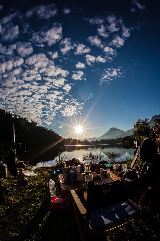 由布岳から約10分ほどで志高湖に到着しました。 炊事場とトイレに近いところはほとんど設営されており奥に行くほどテントの数も少なくなります。 一番奥はト...
