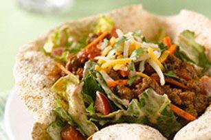 Toute la famille aimera cette salade simple et savoureuse. Les bols croquants changent des traditionnelles coquilles à taco.