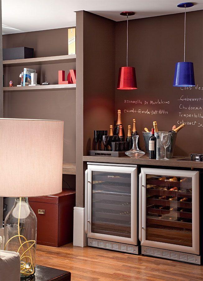 As adegas na decoração devem ser escolhidas a dedo já que, assim como no caso dos móveis e acessórios decorativos, elas também precisam entrar em harmonia com os demais elementos da casa.