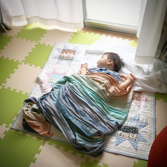 おばあちゃんお手製の#キルトマット の上でねんね。 朝寝全然しないまま行ったブックスタートでグズグズだった。帰りにカンガルーキャリーしたら即寝。#ベビーウェアリング タグ付けしていいものか(笑)  #ベビーラップ #オーシャ #オーシャスリングス #ベビーラップはベビーケット #朝寝? #昼寝? #生後8ヶ月 #明日で9ヶ月 #みんなベビーウェアリングになーれー