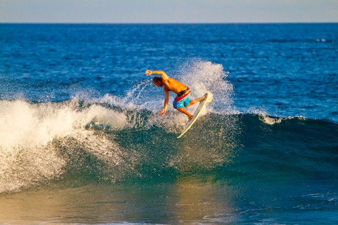 Ahol még van nyár - Grant Legassick fotói - Grant Legassick már régóta az egyik kedvenc fotósunk, ha pedig Afrikáról van szó, akkor nálunk ő az etalon. A vízalatti fotózás eddig nem tartozott a főprofiljai közé, júliusban azonban úgy látszik valamiért bepörgött, így egy Dél-Afrikai strandon a szörfösök játékát kezdte követni, s kattogtatni a gépét. Az eredmény? Magáért beszél. Csodálatos képek születtek. Olvass tovább…
