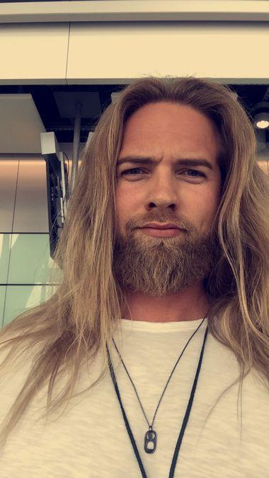 Instagram-kjendisen Lasse Matberg fra Verdal på vei fra Heathrow flyplass i England. Han har akkurat deltatt på britisk TV. (Foto: Privat)