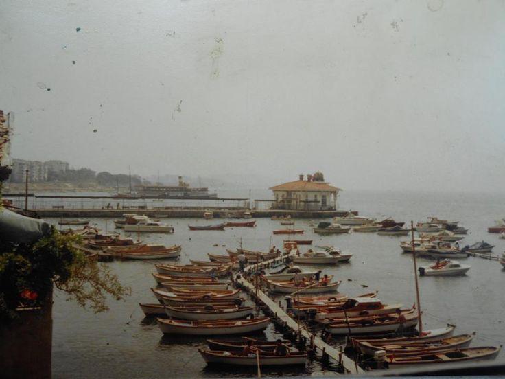 """1980'lerin başında Bostancı iskelesi... Henüz deniz otobüsleri yok. Dolayısıyla İDO iskelesinin yerinde """"balıkçı barınağı"""" var."""