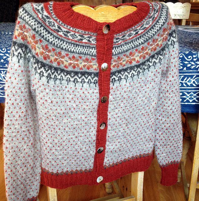 Ravelry: lillebei's rød og grå loppe cardigan