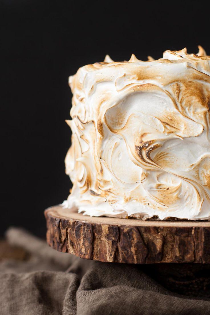 Dit S'mores cake is beter dan het echte werk!  Een graham cracker taart gevuld met een opgeklopte melkchocolade ganache en gegarneerd met geroosterde marshmallow fluff.  |  livforcake.com