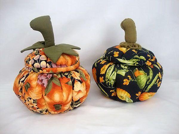 Bomboniére de tecido com formato de abóbora, para enfeitar seu halloween.  #craft #artesanato #patchwork