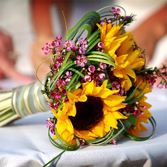 Simple yet beautiful (want some sunflowers in my centerpieces too)