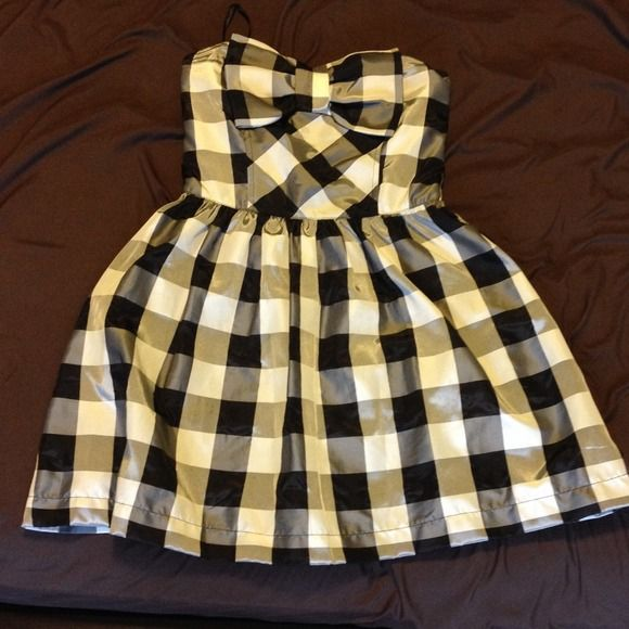 Cute strapless dress Black white and gray checkered strapless dress with bow. Has a zipper in the back. The back also has elastic. Has a black slip under the skirt. Worn only once. In great condition! Material is 53% polyester and 47% nylon. Dresses Strapless