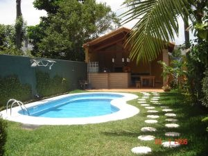 Exterior com piscina e churrasqueira
