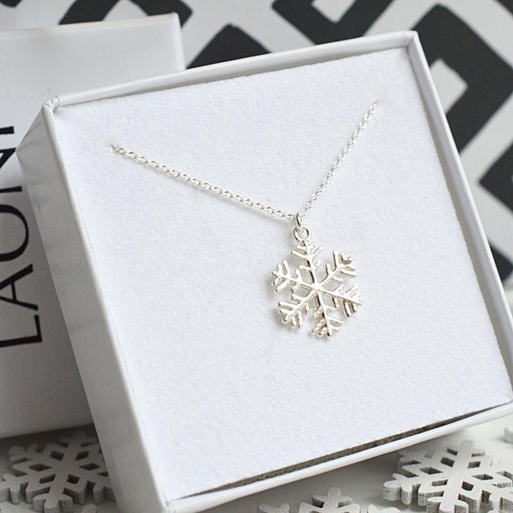 Naszyjnik ze śnieżynką srebrny. Zobacz na Laoni.pl >> https://laoni.pl/Naszyjnik-celebrytka-sniezynka-srebrna #śnieżka #zima #prezent #biżuteria #naszyjnik