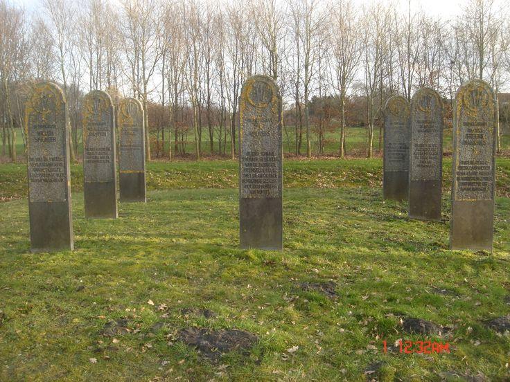 """Monument voor de eerste 12 anarchisten hutjes, die in 1787 op deze plek gebouwd werden voor die in Stadskanaal kwamen wonen. Namen en bijzonderheden staan op de """"graf""""stenen vermeld. Stadskanaal - Noord"""