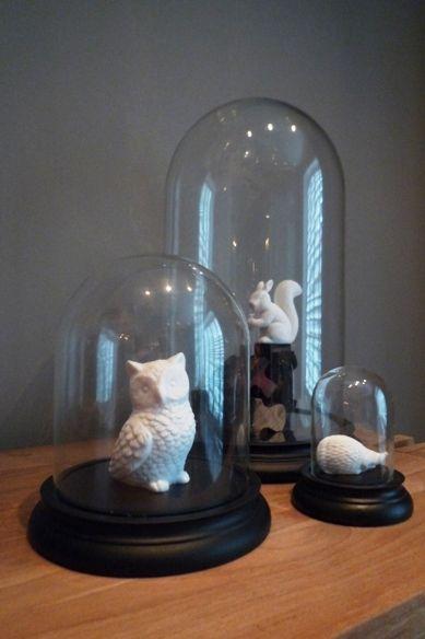 STIJLIDEE Interieurstyling Tip >> Keramieken dieren onder glazen stolpen