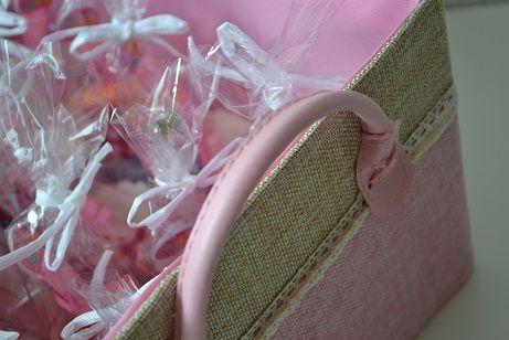 Unieke traktatietaarten en -manden zijn te vinden op feestboxen.nl! Trakteren was nog nooit zo'n feest! Neem nou deze prachtige roze mand met traktaties! Traktatie, trakteren, verjaardag, snoep, mand, prinses, bellenblaas, roze, meisje