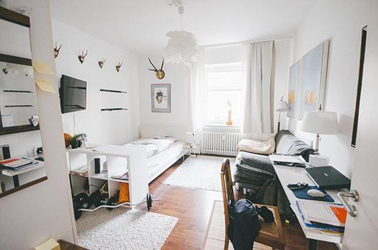einrichtungsidee f r ein ger umiges wg zimmer bett fernseher couch und schreibtisch au erdem. Black Bedroom Furniture Sets. Home Design Ideas