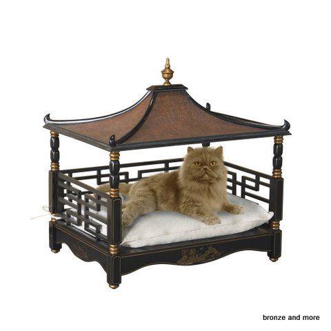 """Huisdier bed mand voor kat of kleine hond """"pagode""""Verwen uw kat of kleine hond met deze unieke Pagode Chinoiserie huisdier bed mand. Het dak is gemaakt van jute en mahonie . Met traditionele Chinoiserie beschilderingen en letters met aan de zijkanten gouden accenten. Dit katten of kleine honden bed mand is inclusief een kussen excl. kat of hond ;) .  De maten van dit originele chinoiserie pagode katten of honden huisdier bed mand zijn: lengte 71 x breedte 54 x hoog 68 cm."""