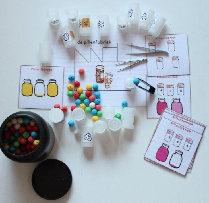 """Opdrachten voor de pillenfabriek. Hier met kralen maar kan ook met zwart witjes of m&m snoepjes. Met pincet de """"pillen """"pakken en netjes in de potjes doen. Leg er ook telkaarten bij."""
