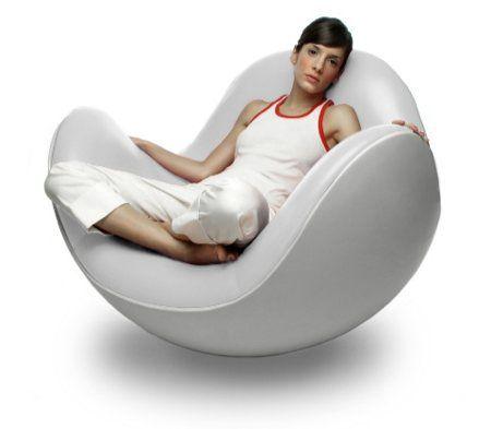 Fauteuil design Placentero - Fabriqué en fibre de verre, c'est un fauteuil caractéristique de l'esprit lounge. Avec sa forme boule et son rembourrage douillet garni de cuir, le Placentero est un modèle de confort. Une fois lové dans ce fauteuil enveloppant, on se laisser bercer au gré de ses oscillations reposantes. S'il est mobile tel un rocking chair, ce fauteuil n'en reste pas moins très stable dans toutes les positions -  Designer: Diego Batista Editeur : Brion-ai 110 cm, 3200€ chez PID