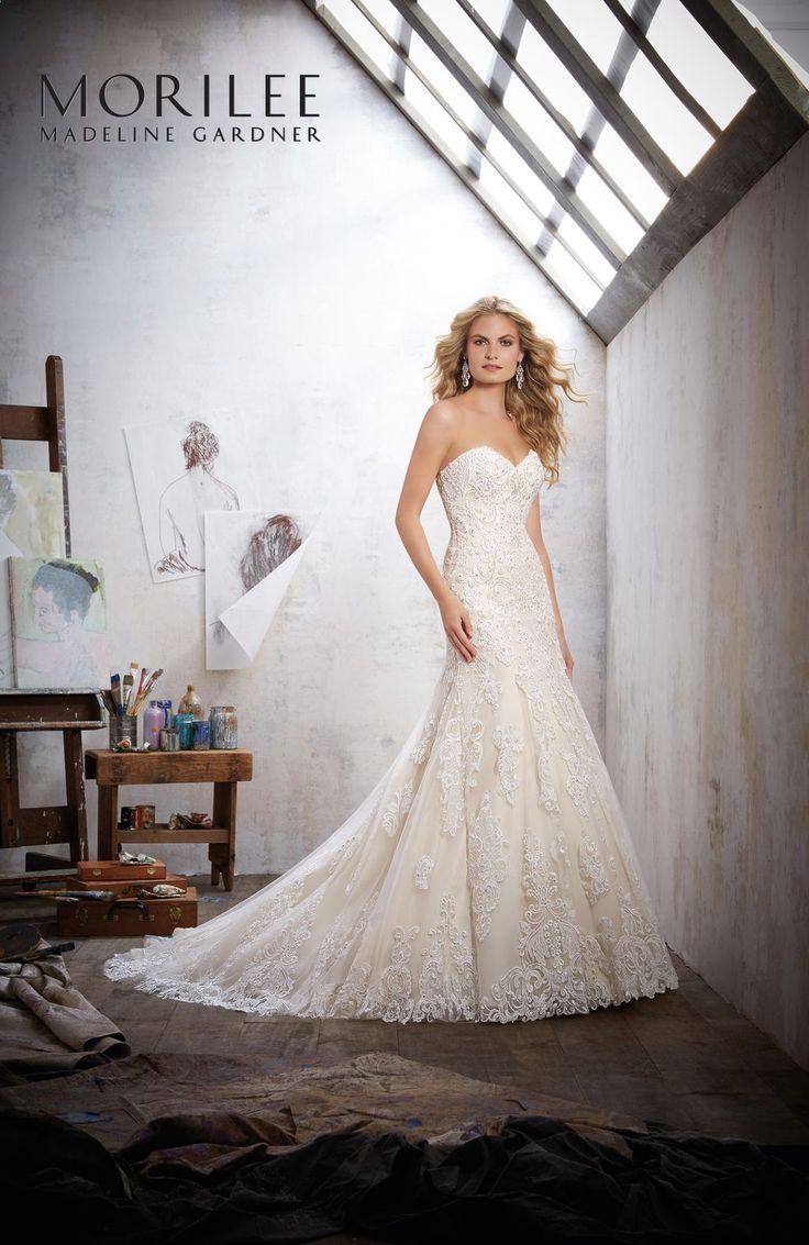 Romantyczna suknie ślubna Mori Lee w kształcie dzwonka. Dekolt w kształcie serca, pięknie podkreśli biust. Zapinana na zamek. Tren wykończony …