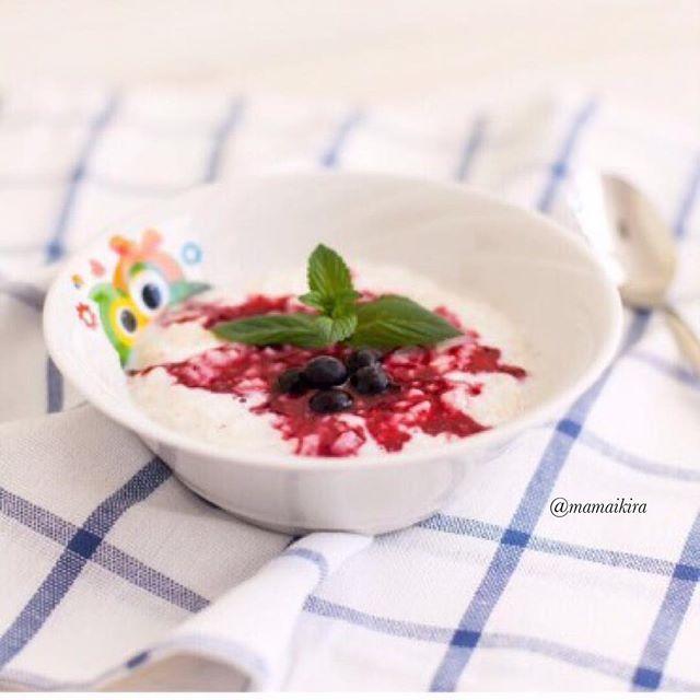 Доброе утро и вкусный завтрак неотделимы  Рецепт от Оли @mamaikira  Завтрак: Рисово-овсяная молочная каша с черной смородиной Детская порция