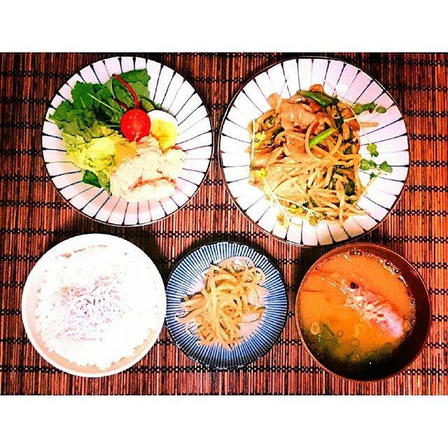 kochen.yuchi今日のmenu♡ ⏩しらすご飯 ⏩海老のお味噌汁 ⏩もやしナムル ⏩もやしとニラと豚肉の 醤油にんにく炒め ⏩明太ポテトサラダ  昨日はお互いに実家でご飯♡ 実家のご飯がどこの高級料理店よりも美味しい♥  #おうちごはん#夜ご飯#晩ごはん#夕食#献立 #和食#cooking #海老#夫婦ごはん#ふたりごはん