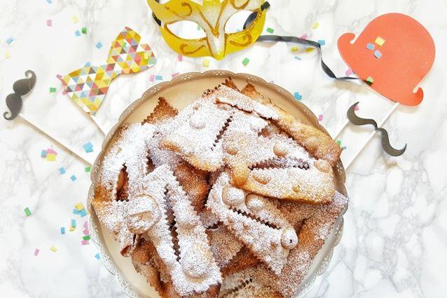 Le bugie sono uno dei dolci tipici del Carnevale italiano e sono delle sfoglie rettangolari fritte cosparse di zucchero a velo molto amate dai bambini