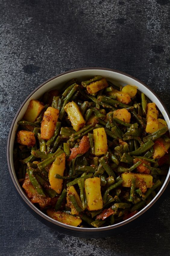 Spicy Tomato Curry with Green Beans and Potato (Barbatti Aloo)
