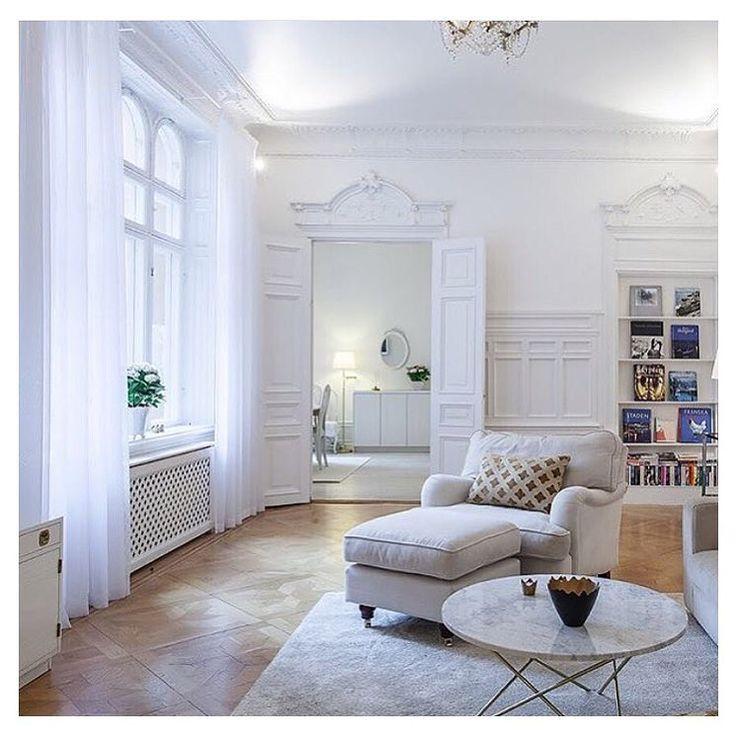 Är så galet svag för äldre lägenheter med charmiga stuckaturer. Det är en av mina största drömmar som jag hoppas en dag ska bli sann... Tänk att få inreda detta! ☝️ #nyahemmet Foto: @behrerochpartners