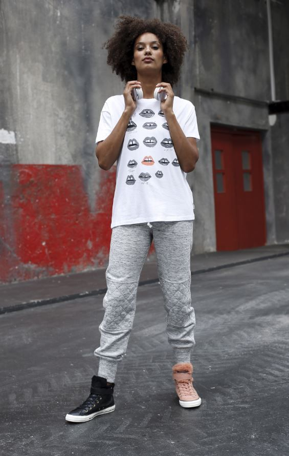 """Mal ganz ehrlich: Dein Workout im Fitnessstudio ist immer auch ein bisschen """"sehen und gesehen werden"""", oder? Mit diesem Outfit wirst du garantiert nicht übersehen, dafür sorgt das coole Converse-Shirt mit Printmotiv, das in Kombination mit der klassischen Jogginghose richtig gut zur Geltung kommt."""