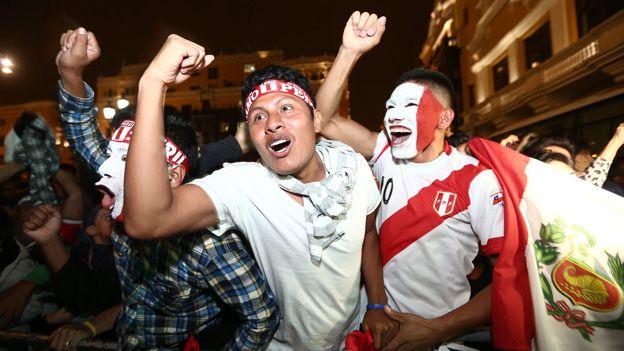 A ochos días del partido frente Chile, por las Eliminatorias rumbo a Rusia 2018, los hinchas de la Selección Peruana quieren armar la fiesta en Lima y, obvio, le tienen preparada una sorpresa a la 'Roja' en su estadía en la capital para no dejarlos dormir de cara al duelo en el Estadio Nacional. Octubre 05, 2015.