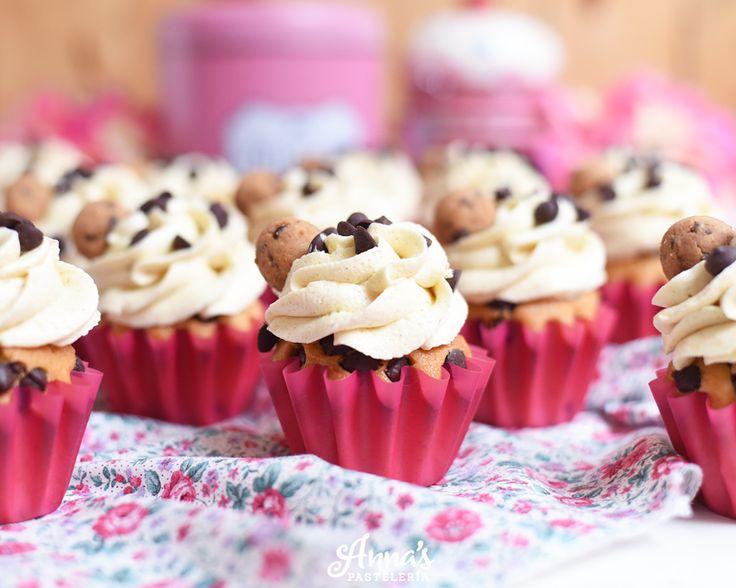 Cupcakes de chips de chocolate con frosting de galleta