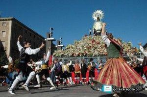 Un grupo de joteros baila a los pies de la Virgen de Pilar en Zaragoza durante la Ofrenda de Flores del 12 de octubre, día de la Hispanidad....