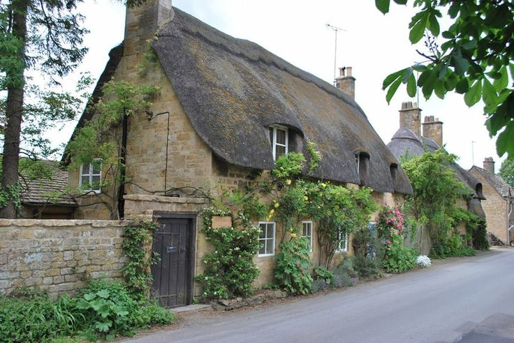 Beautiful thatched houses in the Cotswolds village of Broadway, Worcestershire