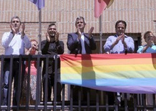 El Ayuntamiento de Móstoles coloca por primera vez la bandera del Arco Iris por el Día del Orgullo LGTB
