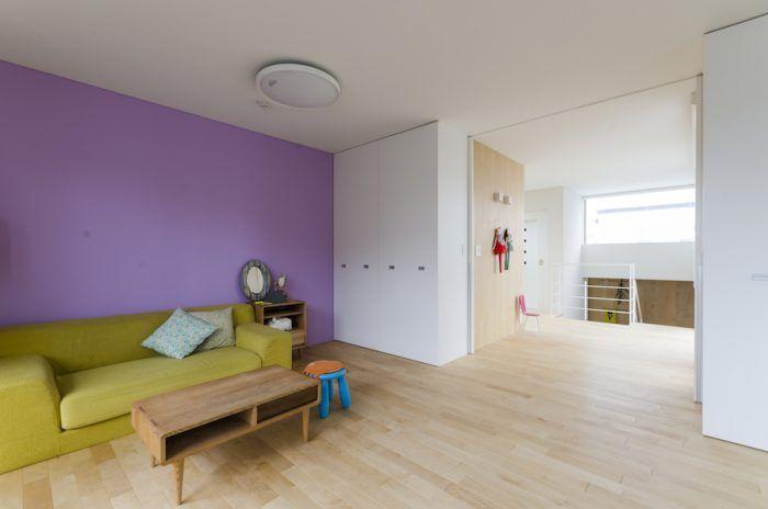 ラヴェンダー色の壁は下のお嬢さん用に塗られた。右の階段を下りるとバス・洗面スペースがある。