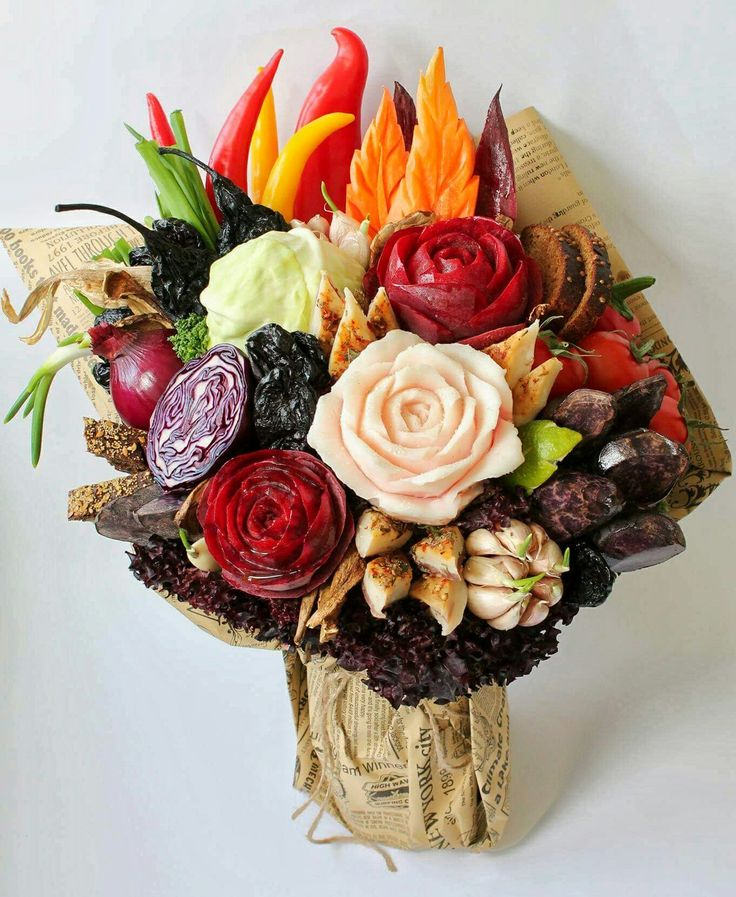 """Борщ, как Искусство!  Подарил! Удивил! Накормил! ❤ В букете """"Карвинг Борщ"""": розы со свеклы, листья моркови, белые грибы, капуста, сушенная груша, чернослив, фиолетовый картофель, лук, чеснок, перец чили, помидоры чери, сладкий перец, лайм, петрушка, зеленый лучек, бородинский хлебушек и роза из сала на закуску😉 Борщ доступен к заказу! #карвинг #букетборщ #наталидонская #карвингпосалу #розаизсала"""