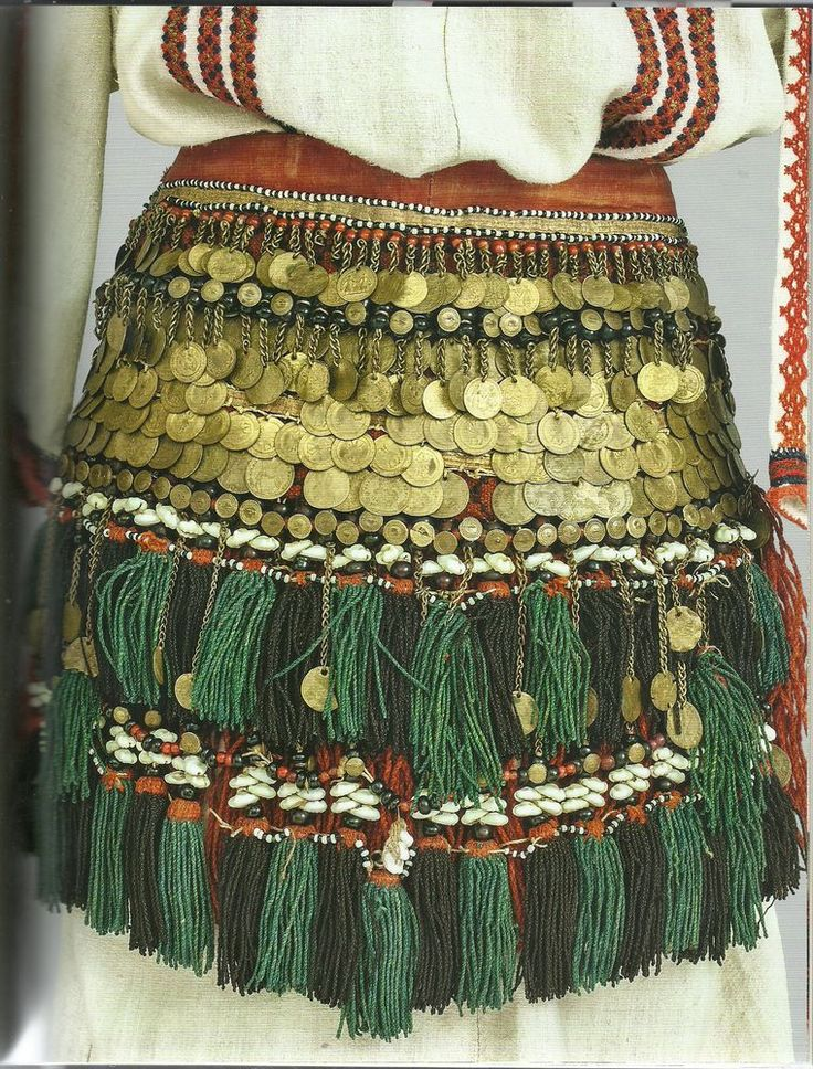 Пензенская губ. конец XIX -—начало XX в. (мордва-эрзя) Набедренное украшение — пулогай: холст, шерстяные нити, бисер, раковины каури, медные жетоны.