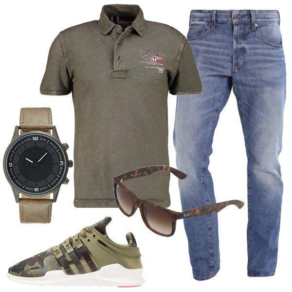 Jeans baggy abbinati a polo in verde con colletto e bottoni. La sneakers Adidas è con lacci, gli occhiali da sole sono sfumati in color marrone scuro, mentre l'orologio analogico è con cinturino e chiusura con fibbia.