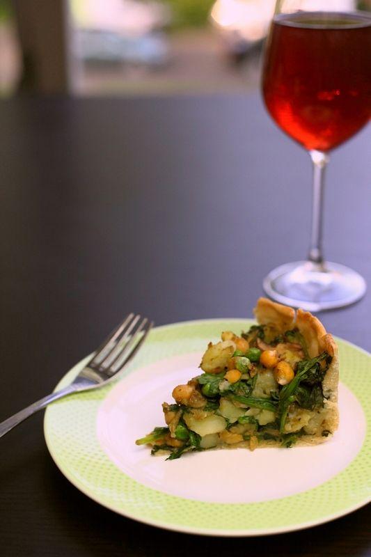 Deze taart combineert de heerlijke smaken van een Indiase samosa met het gemak van hartige taart. Samosa's duren lang om te maken, maar met de plakjes hartige taartdeeg ben je zo klaar. Wil je liever zelf de bodem maken