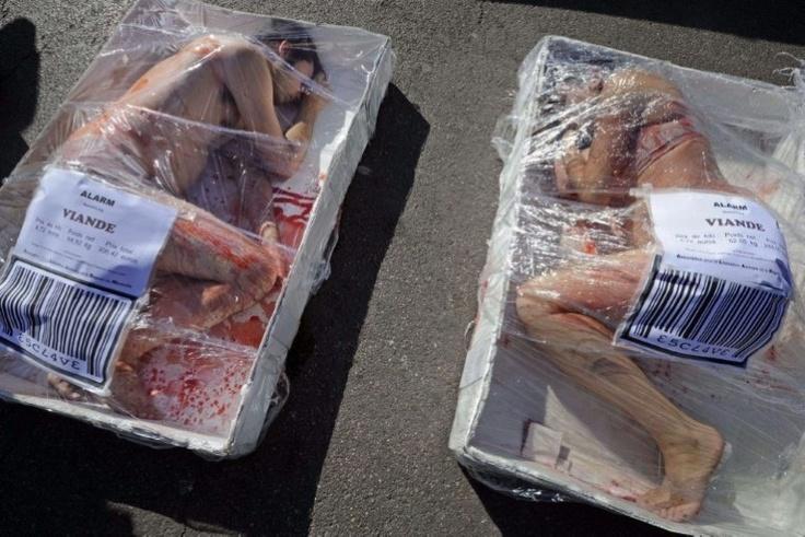 Actievoerders protesteren in Marseille op een wel erg originele manier tegen de consumptie van vlees. Ze hebben zichzelf als een stuk vlees ingepakt in een cellofaan-verpakking. De actie past in de Wereld Weken voor de afschaffing van Vlees, een actie om het politieke debat rond de productie en consumptie van levende wezens aan te wakkeren.
