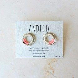 andicoの作品は全て受注後に制作致します。リングワークという手法で編む事をメインに、その時、直感でいいと思った色や素材の組み合わせにより装飾を行い、ひとつひとつ丁寧に仕上げています。ピアスです。(イヤリングもshop内にあります。)andicoの作品は全てお箱にお入れします。SIZE /リングは直径17㎜糸 / MADE IN FRANCEポスト / チタンhttp://instagram.com/andicoo https://www.facebook.com/andico[ジュエリーのお取扱いについて]●大変繊細に作られているものです。落としたり、ぶつけたり、無理な力で引っぱるなどしないよう、お気をつけください。パールやシェル等の接着で留めているものは水分や衝撃に弱く、接着が取れやすくなる原因となりますのでご注意ください。特に、手洗い時・入浴時にはお外しください。●構造上、衣類の繊維や髪の毛などに引っかかる恐れのある商品もございますので、お取扱いには十分ご注意ください。●激...