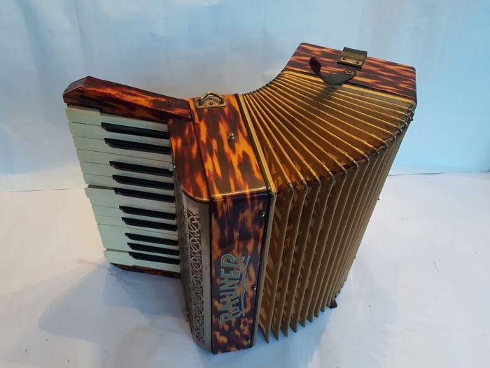 Rauner accordeon / accordion Virtuos uit Klinkenthaler ( de stad van de accordeons) Duitsland - 30-er jaren / WW2  En zeer mooie piano accordeon Rauner Virtuos. Deze oorspronkelijke accordeon is gemaakt in Duitsland in de periode naar de aanloop van de Tweede Wereldoorlog. Originele Duitse muziekinstrumenten hebben een zeer hoge kwaliteit. Deze accordeon heeft verbazingwekkend geluid en een rijke krachtige basweergave! Een Rauner accordeon is een accordeon met een verhaal.: F. A. Rauner was…