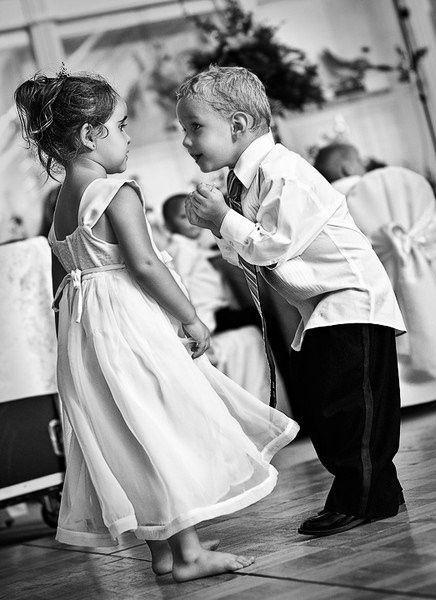 ¿Qué le está pidiendo el niño a la niña?  - Que se ponga los zapatos - Que baile con él - Que vuelva a la mesa a seguir comiendo *
