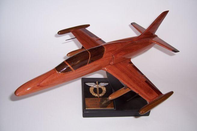 Model letadla ze dřeva ve vzletové poloze včetně stojánku s věnováním. AERO L-159 ALCA