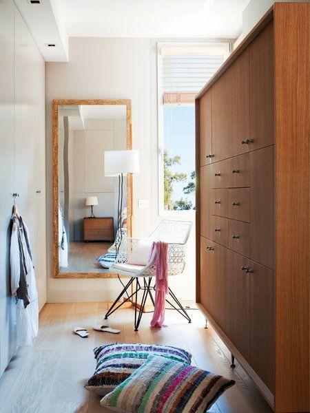 Un armario de madera exento, con estilo nórdico.