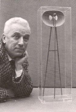 Bruno Munari con la Macchina Inutile del 1934.