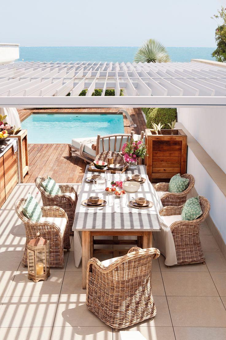 Comedor de exterior bajo p rgola cubierta de una for Pergolas para piscinas
