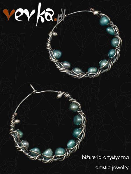 Kolczyki inspirowane nowym singlem zespołu Inkwizycja. Wykonane z naturalnych pereł hodowlanych w kolorze turkusowym oraz oksydowanego srebra prób 930 i 999.