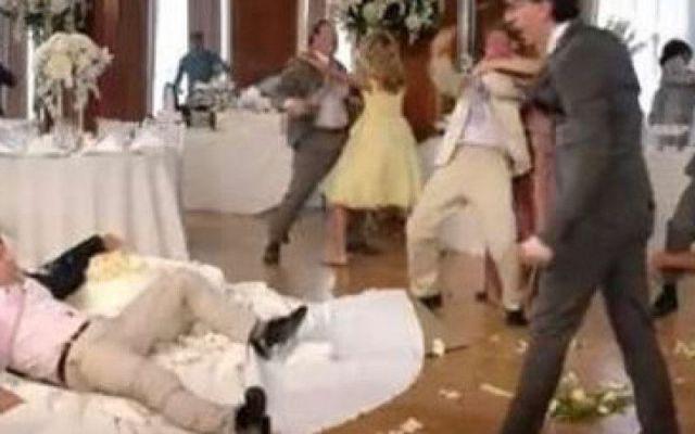 RISSA DURANTE LE NOZZE. GLI INVITATI PESTANO I.... Terminati i festeggiamenti un gruppetto di ospiti si attarda in giardino facendo un po' troppo chiasso tanto da disturbare chi invece si è già ritirato nelle camere della struttura ricettiva. A quel  #nozze #rissa #festa #invitati