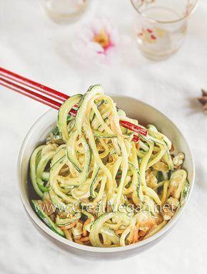 Noodles de calabacín y zanahoria con salsa y nueces #receta vegana