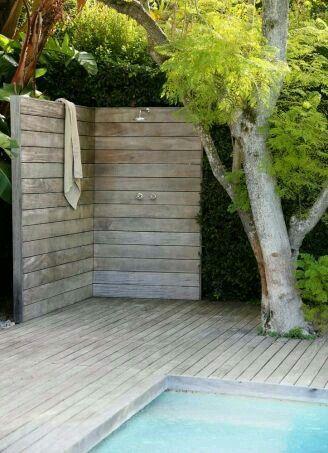 Gleich neben dem Pool ist der perfekte Platz für eine Außendusche von www.wellness-stock.de